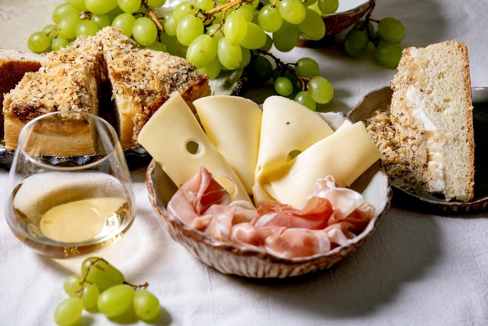 Antipasto siciliano con vino